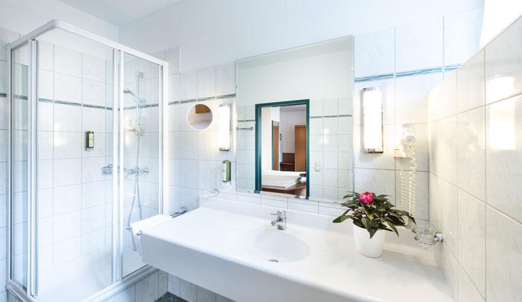 Badezimmer im Doppelzimmer Economy im Parkhotel zur Klause, Bad Hall
